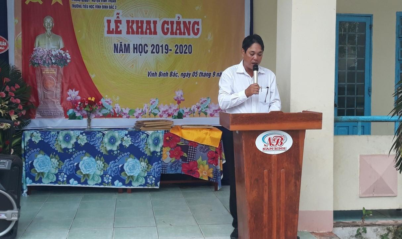 Thầy Võ Anh Lai _ Hiệu trưởng nhà trường lên đọc diễn văn khai giảng