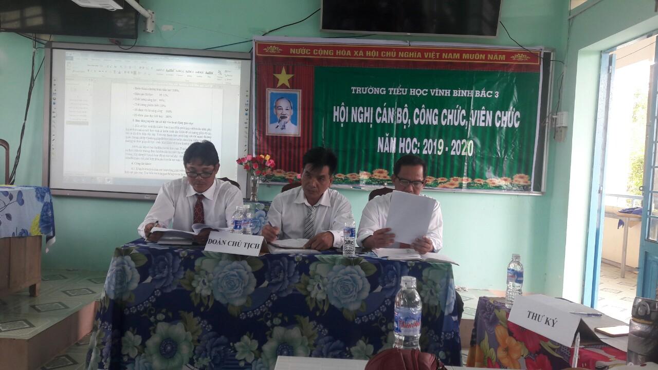 Đ/c Nguyễn Văn Yên - Chủ tịch CĐCS (Người ngồi giữa)