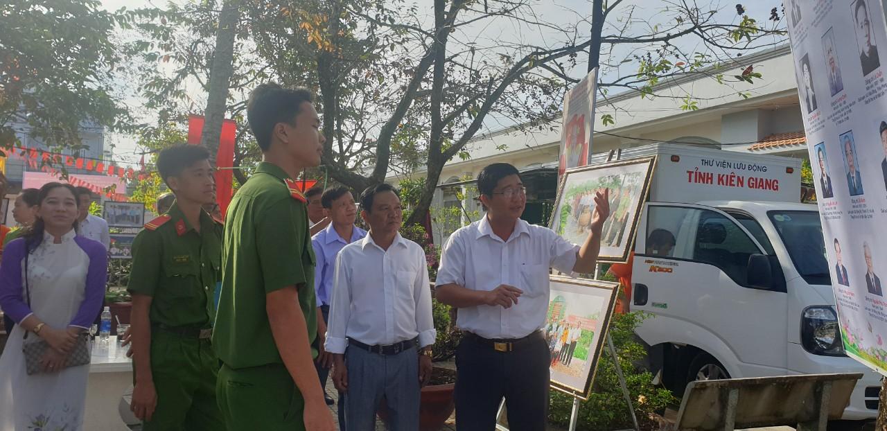 Ông Võ Thanh Xuân - Trưởng Ban Tuyên Giáo, Giám đốc TTCT Huyện Vĩnh Thuận ( thứ nhất từ phải qua)